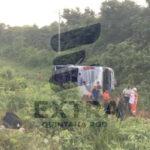 Dos muertos y varios heridos en aparatosa volcadura de un autobús en tramo federal a unos 4 kilómetros de la comunidad maya de Andrés Quintana Roo